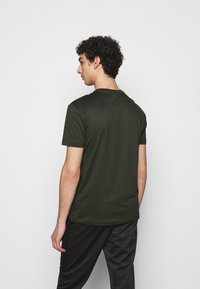 EA7 Emporio Armani - Print T-shirt - olive/gold - 2