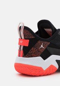 Jordan - ONE TAKE II UNISEX - Obuwie do koszykówki - black/bright crimson/white - 5