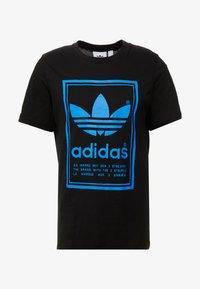adidas Originals - VINTAGE LABEL GRAPHIC TEE - Print T-shirt - black/bluebird - 4