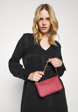 JET SET MEDIUM CHAIN POUCHETTE - Handbag - pink