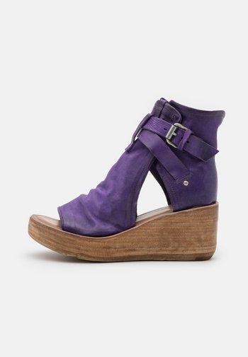 Sandały z cholewką