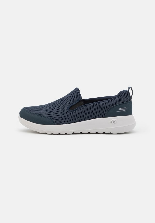 GO WALK MAX - Zapatillas para caminar - navy/white