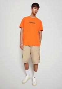 Napapijri - S-BOX   - T-shirt med print - orangeade - 1