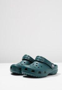 Crocs - CLASSIC UNISEX - Pool slides - evergreen - 3