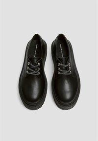 PULL&BEAR - MIT PLATEAUSOHLE - Šněrovací boty - black - 2