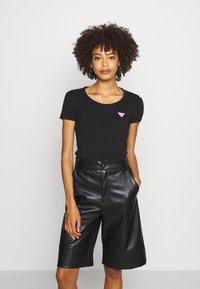 Guess - RNKAMELIA  - T-shirts med print - jet black - 0