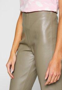 Soaked in Luxury - KAYLEE KICKFLARE PANTS - Broek - brindle - 5