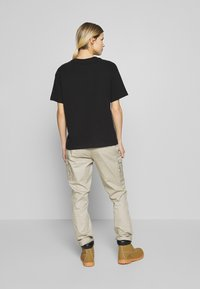 The North Face - WOMENS RELAXED POCKET TEE - T-shirts - black - 2