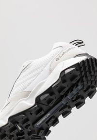 Columbia - IVO TRAIL BREEZE - Zapatillas de senderismo - white/black - 5