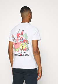 Tommy Jeans - ABO TJU X SPONGEBOB TEE UNISEX - T-Shirt print - ivory - 2
