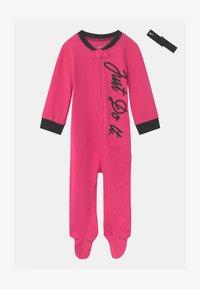 Nike Sportswear - FOOTED COVERALL SET - Dupačky na spaní - dark hyper pink - 0