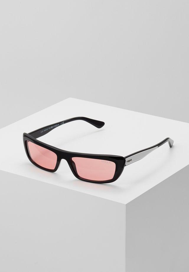 GIGI HADID BELLA - Sluneční brýle - black