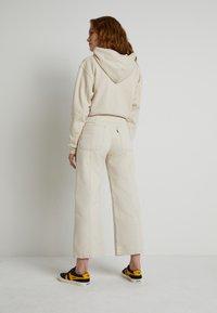 Levi's® - WELLTHREAD RIBCAGE CROP WIDE - Flared Jeans - BREAKING WAVE ECRU HEMP B W - 2