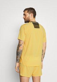 Nike Performance - TRAIL RISE - Print T-shirt - solar flare/silver - 2