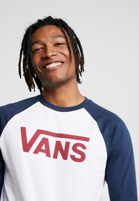 Vans - CLASSIC RAGLAN CUSTOM FIT  - Langarmshirt - white/dress blues/biking red
