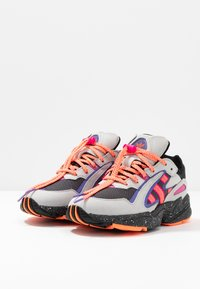 adidas Originals - YUNG-96 CHASM TRAIL TORSION SYSTEM SHOES - Trainers - grey two/solar orange/core black - 3