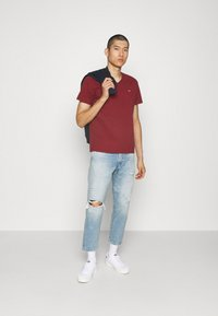 Levi's® - VNECK - Basic T-shirt - reds - 1