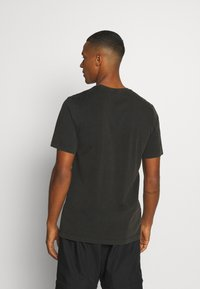 Jordan - FLIGHT ESSENTIALS CREW - Print T-shirt - black - 2