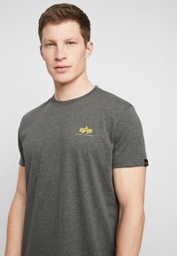 Alpha Industries - BASIC SMALL LOGO - T-shirt basic - charcoal heather - 4