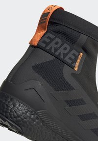 adidas Performance - TERREX BOOST COLD.RDY PRIMEKNIT HIKING SHOES - Chaussures de marche - schwarz / orange - 8