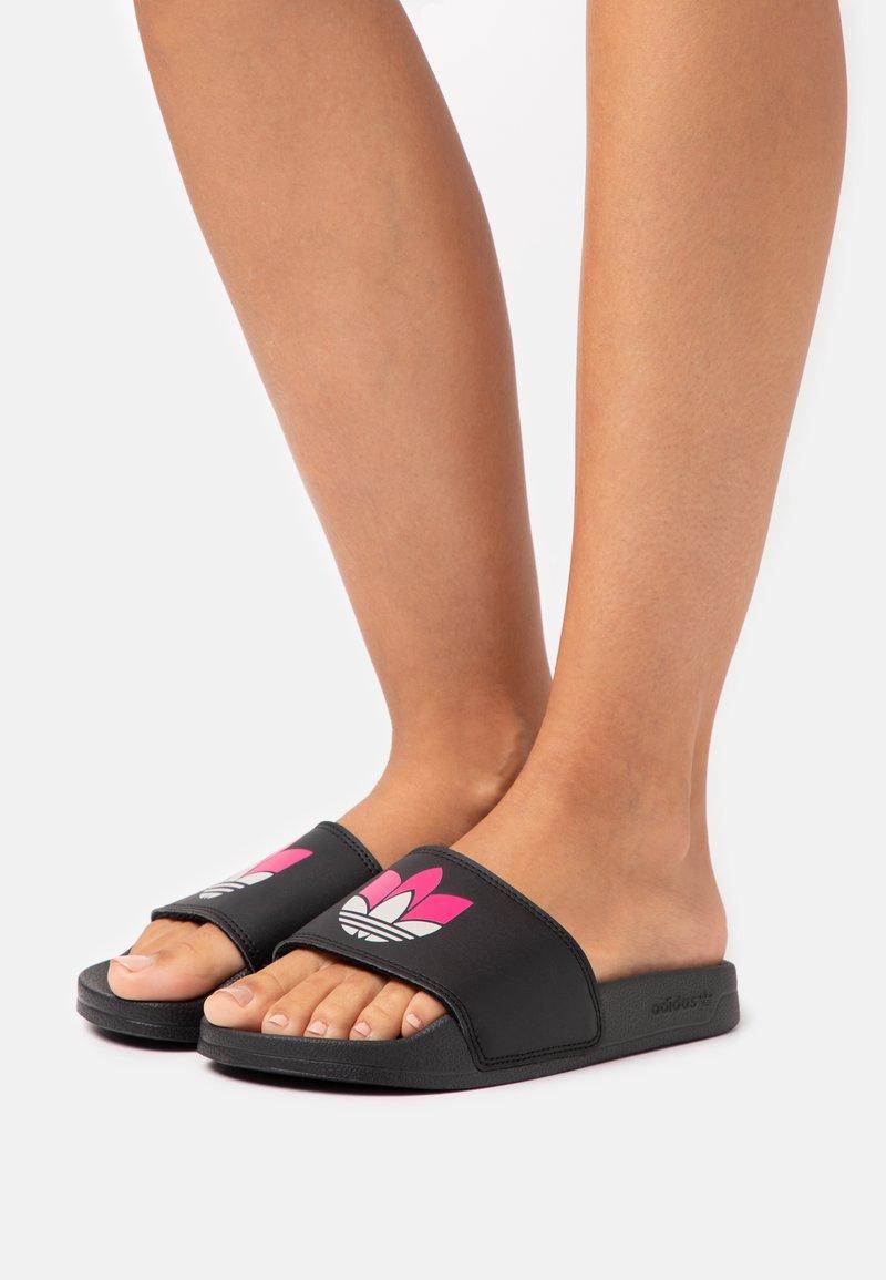 adidas Originals - ADILETTE SPORTS INSPIRED SLIDES - Pantofle - core black/grey two/shock pink