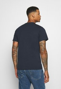 Tommy Jeans - CHEST CORP TEE UNISEX - Printtipaita - twilight navy - 2