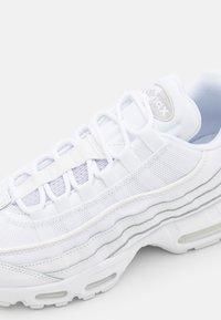 Nike Sportswear - AIR MAX ESSENTIAL - Sneakersy niskie - white/grey fog - 5