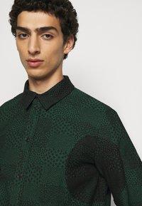 Henrik Vibskov - DOUBLE MIRROR SHOWERTILES - Shirt - black / dark green - 3