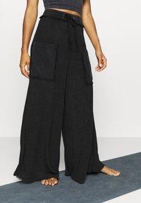 Free People - SURE THING PANT - Pantalones deportivos - black - 0