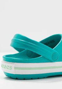 Crocs - CROCBAND CLOG - Pantolette flach - latigo bay - 5