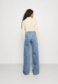 Calvin Klein Jeans - WIDE LEG - Široké džíny - denim medium - 2