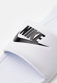 Nike Sportswear - VICTORI ONE SLIDE - Slip-ins - white/black - 5