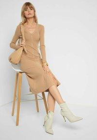 ORSAY - MIT V-AUSSCHNITT - Jumper dress - beige floral - 2