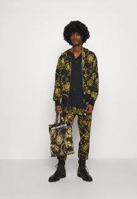 Versace Jeans Couture - BRUSHED PRINT REGALIA BAROQUE - Felpa con zip - nero/oro - 5