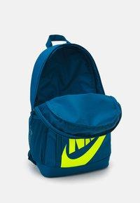 Nike Sportswear - ELEMENTAL UNISEX - Rucksack - green abyss/volt - 2