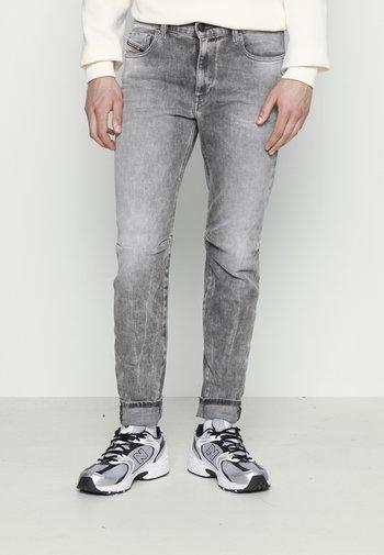 D-STRUKT-A - Slim fit -farkut - grey denim