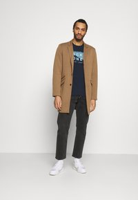 Jack & Jones - JCOSHAWN TEE CREW NECK - T-shirt print - navy blazer - 1