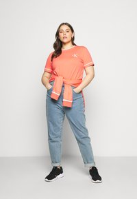 Calvin Klein Jeans Plus - EMBROIDERY TIPPING TEE - T-shirt con stampa - coral - 1