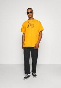 Vintage Supply - CHEERS TO KEBAB - Print T-shirt - yellow - 1
