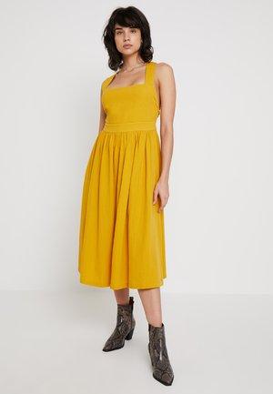 KINLEY DRESS - Vapaa-ajan mekko - tawny