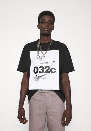 032C X ZALANDO UNISEX - Print T-shirt - black