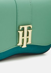 Tommy Hilfiger - LOCK CROSSOVER CROC MIX - Across body bag - green - 4