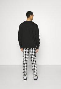 Twisted Tailor - FUGAZI TROUSERS - Kalhoty - black/white - 2