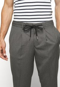 Selected Homme - JAX GREY CROP PANTS - Trousers - grey - 3