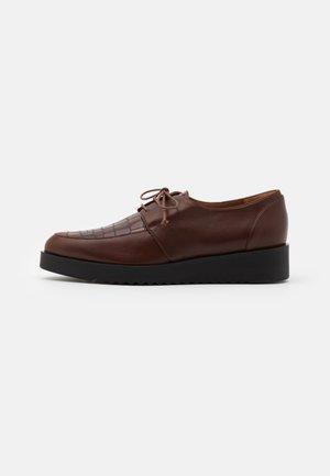 AMANDA - Šněrovací boty - cognac