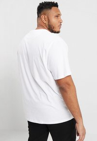 Lyle & Scott - CREW NECK - Jednoduché triko - white - 2