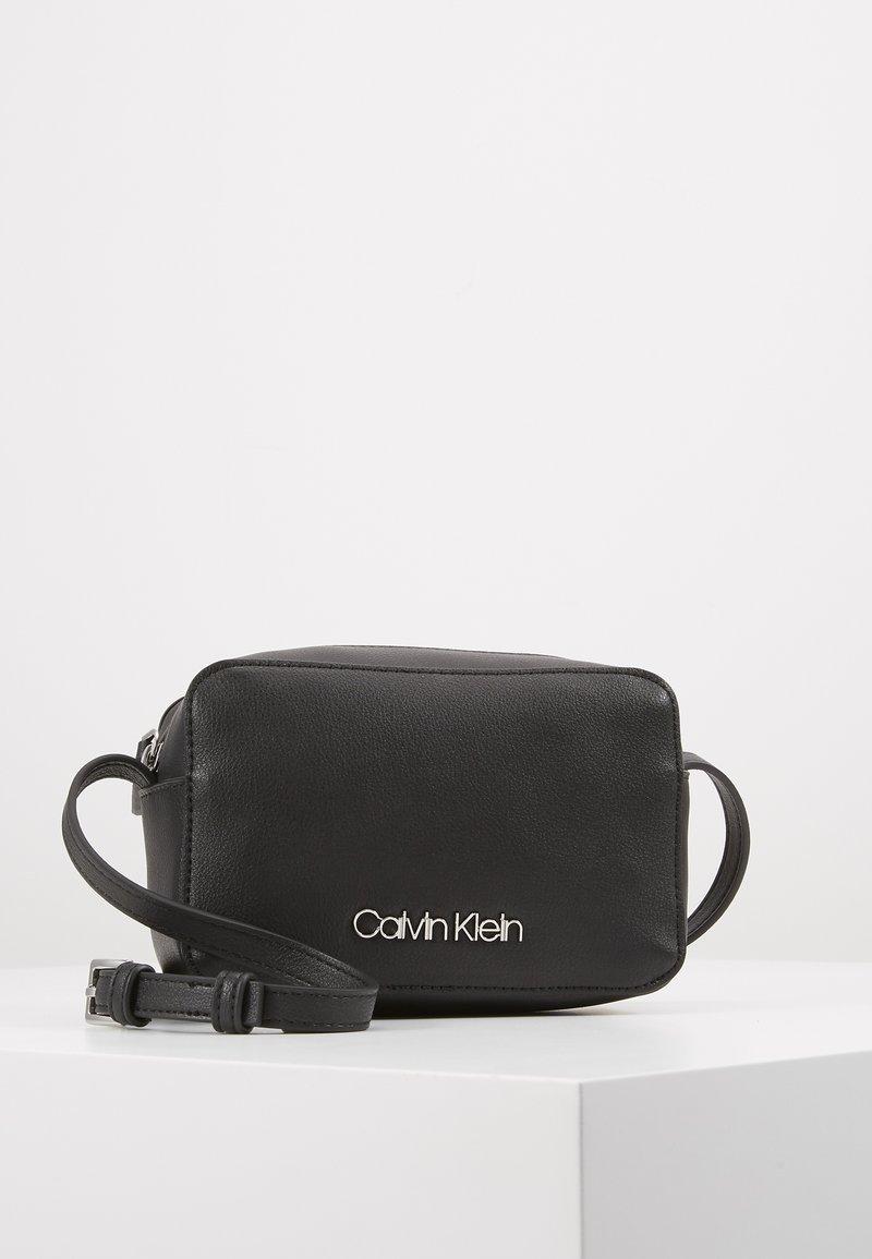 Calvin Klein - MUST CAMERABAG - Sac bandoulière - black