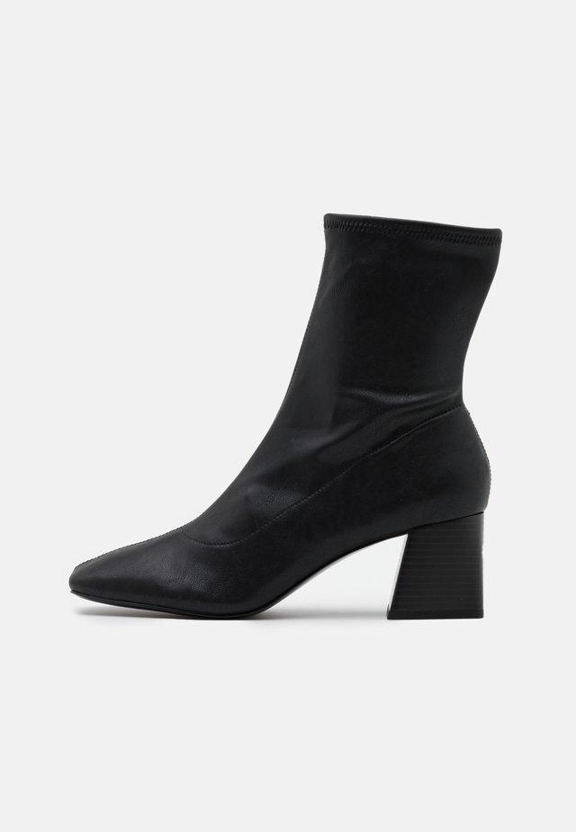 VEGAN LEIA BOOT - Kotníkové boty - black dark