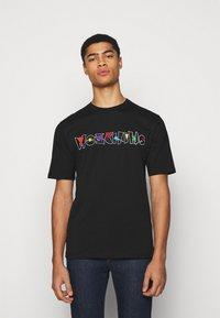 MOSCHINO - Camiseta estampada - black - 0