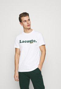 Lacoste - TH1868 - Printtipaita - blanc - 0